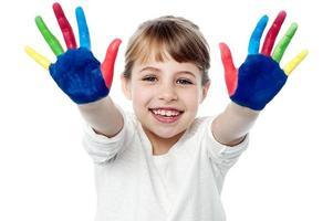 gelukkige lachende kinderen spelen met verf foto