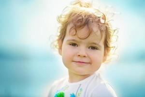 klein meisje in het voorjaar van close-up