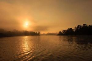 dageraad boven een oerwoudrivier foto