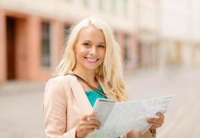 lachende vrouw met toeristische kaart in de stad