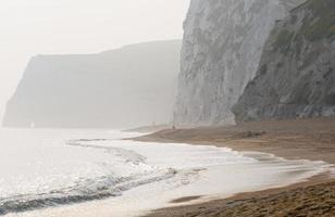 durdle door beach op een wazige avond