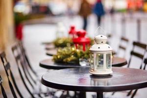 Parijse terras ingericht voor Kerstmis foto
