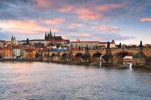 Karelsbrug en de kathedraal van Praag.