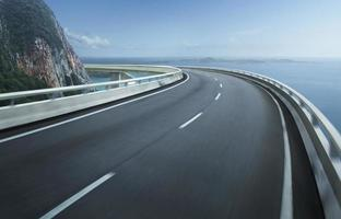 snelweg viaduct bewegingsonscherpte met stad achtergrond.