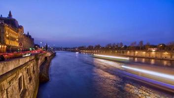 wazig licht op de rivier de Seine 's nachts, Parijs, Frankrijk foto