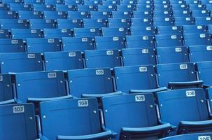 lege plastic stoelen in een stadion foto