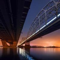 spoorbrug in Kiev 's nachts. Oekraïne.