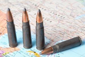 kogels op de kaart van de Verenigde Staten van Amerika foto