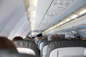 interieur binnenkant van het vliegtuig met passagiers. foto