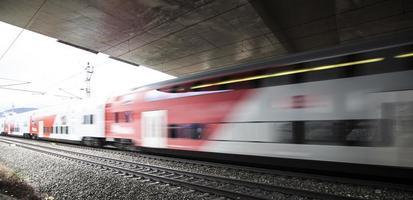 snelle trein passeert onder de brug door
