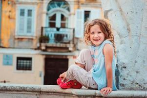 Ourist kind meisje lopen op straten van Piran, Slovenië