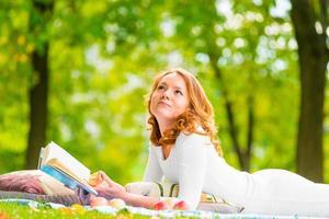 peinzende blik mooi jong meisje met een interessante roman