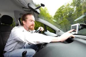 bestuurder met behulp van gps-navigatie een manier foto
