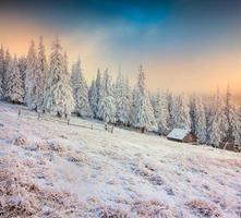 oude boerderij in de bergen. kleurrijke winterochtend.