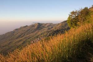 zonsopgangscène en de kronkelende weg de berg op