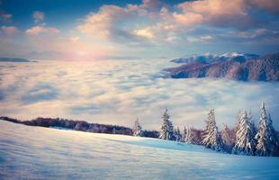 prachtige winter zonsopgang in de mistige bergen.