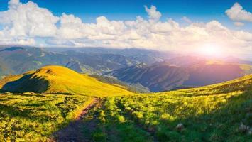 mooie zomerse landschap met weg in de bergen
