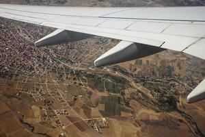 vliegtuigvleugel boven het vogelperspectief
