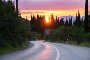 bochtige weg in een prachtig landschap van heuvels