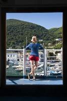 jonge vrouw op het dek van een veerboot foto