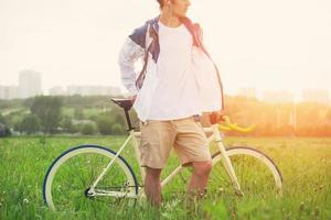 man in lege t-shirt met fiets foto