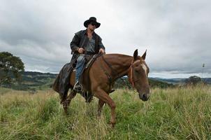 man op paard op platteland