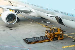vrachtwagens en vliegtuigen. foto