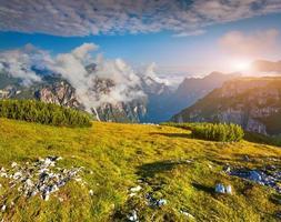 mistige zomerochtend in de alpen van Italië