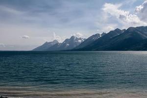 gletsjers in de verte grote kristalblauwe basis van het meer bewolkt