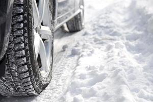 rijdende auto in de winter met veel sneeuw foto
