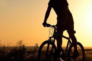 jonge jongen op een fiets in het veld