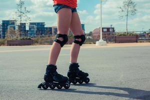 vrouw skaten op zonnige dag