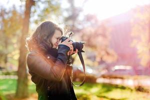 professionele vrouwenfotograaf die openluchtportretten maakt