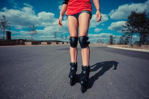 jonge vrouw skaten op zonnige dag