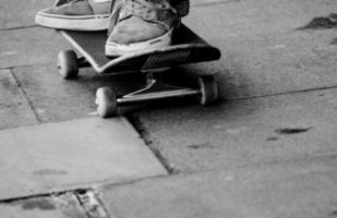 grungy sneakers en skateboard