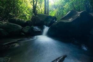natuurlijk landschap bij de khlong pla kang-watervallen in thailand foto