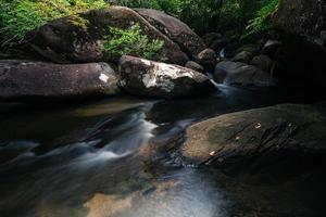 stroom bij de khlong pla kang waterval foto