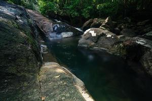 natuurlijk landschap bij de khlong pla kang watervallen foto