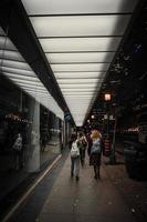 toronto, ontario, canada, 2020 - voetgangers die op de stoep lopen