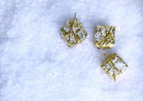 bovenaanzicht van gouden cadeautjes in de sneeuw
