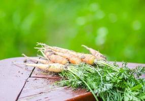 wortelen op houten tafel foto