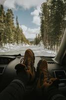 wandelschoenen op het dashboard