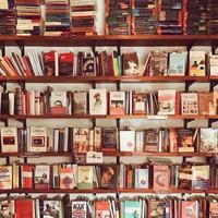 boekenplank in een boekwinkel foto