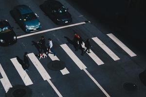 san francisco, californië - mensen lopen op zebrapad
