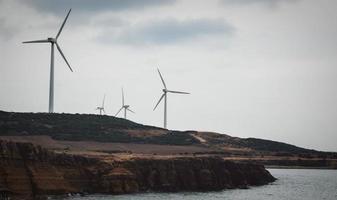 windturbines in de buurt van zee