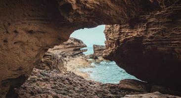 rotsachtige grot op het eiland gedurende de dag