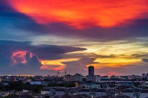 stadsgezicht en mooie bewolkte hemel in de avond foto