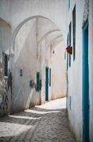 Kairouan, Noord-Afrika, 2020 - Wit betonnen gebouw