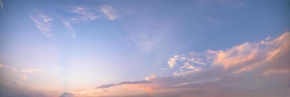 blauwe lucht en wolken bij zonsondergang