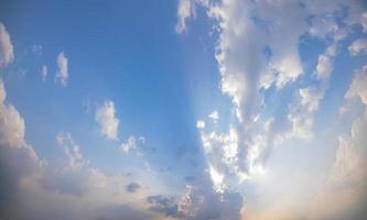 blauwe lucht en wolken bij zonsondergang foto
